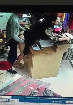 服装店老板偷情操服务员,不小心被监控捕捉到了,画面太美了,女的很配合,最后应该是进来人了