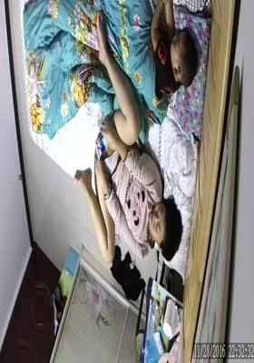家庭网络摄像头监控TP骚妈把孩子哄睡后玩手机视频对着自己的逼和奶子给对方撸管