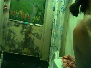 男女混住出租房公共浴室暗藏摄像头偷拍大奶妹洗澡
