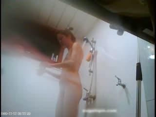 变态房东走狗屎运了出租屋住进了个模特身材的漂亮女租客浴室装摄像头TP人家洗澡