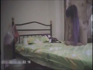 剪刀手嫖妓达人出租房叫了个高颜值蓝发气质小姐扒开BB看了又看舔两下上屌就插干的小姐不断呻吟床都操走了