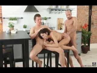 厨房里的刺激三人行淫荡的美妇被两个猛男插翻