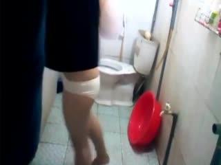 偷拍到的卫生间里身材不错的妹子 洗澡噓噓 毛毛浓密超诱惑