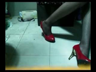 红色高跟鞋渔网女孩 细长的美腿身材高挑