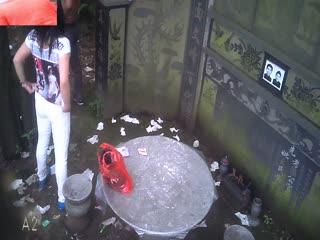 打扮得挺洋气的野鸡把年轻嫖哥召到古墓前的圆台不戴套草逼普通话对白
