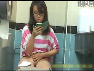 [偷拍]某技校高级坐厕正面前拍眼镜妹子居多现在的人都喜欢厕所玩手机