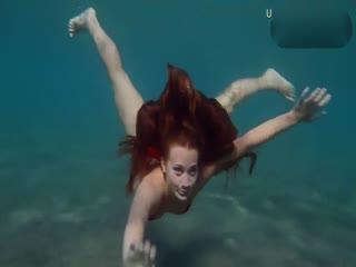 超性感比基尼少女在海底潜泳