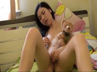台湾美艳少妇在家自慰秀卖肉给富二代
