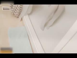 浴室抓到清纯室友自拍手淫上去按住一顿爆操字幕
