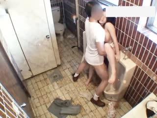 大屌男溷用公厕偶遇醉酒白嫩巨乳少妇扒衣脱裤各种姿势啪