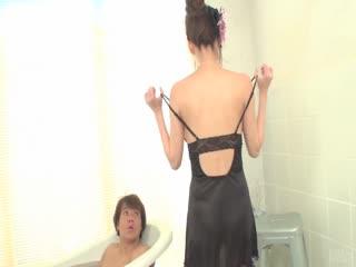 诱人的明里朝 suprn 在浴缸里...