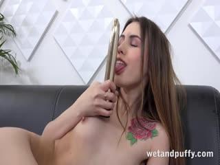 Wetandpuffy - 艾拉罗莎诱惑她的XXL阴部与许多性玩具的嘴唇