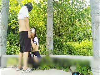 鸟语花香 约操身材不错的黑丝美腿制服学生妹纸郊外凉亭激情野战 多姿势穿着学生服就开操 回归自然的性爱
