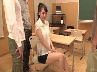 超性感的女神级美女与男友和他朋友一起在教室让他朋友3人操了