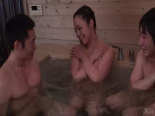 与Mimi Aku在桑拿浴室的日本口...
