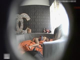 特色酒店偷拍气质长美女穿着男友买的性感内裤和网友酒店私会,女的不脱内裤说:我怕你睡着睡着我,你出来,别动!