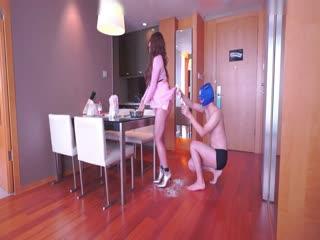 精品自拍-土豪高级公寓体验不一样的性爱,在性感漂亮的女神美女身上擀面皮包饺子,摸,坐在上面搞!