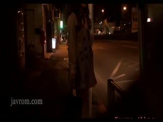 可爱的美女穿着风衣在公车上不穿内衣内裤就帮乘客吹箫射再嘴里~
