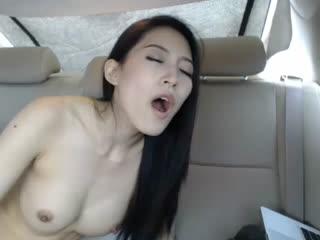 眼镜哥把车盖上遮阳罩后让老婆在里面玩电击2完整版!电的乱跳听叫声都想射!...