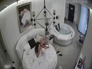 情趣酒店豪华房偷拍非常能干的眼镜男床上干到浴缸站着快速抽插