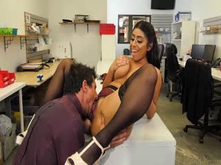 办公室里被上司玩弄的大奶女人65d