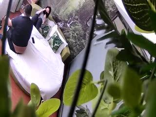 胸大貌美的气质美女酒店被又胖鸡鸡又短的胖男刚操一会就干不动了,美女有点不高兴了叉开双腿还要他接着干!