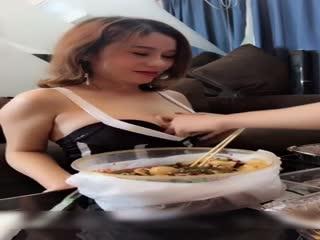 美乳性感网红大奶美女剧情演绎在客厅吃饭穿着太暴露被下班回来的姐夫强上了,说:姐夫你好大,用力点射我逼里!