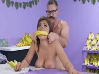 (BigTitsAtWork) Busted At The Banana Shop 突击搜查香蕉店