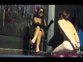 双诞巨献广州富姐女主刑房玩弄脱光光的小女奴对白精彩1080P高清...