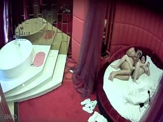 情趣酒店水滴摄像头TP胖哥带着逼毛很浓密性感的情人开房啪啪