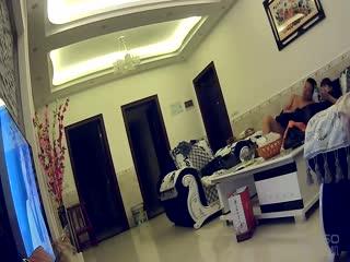 家庭实况360监控拍中年夫妻在客厅沙发上看电视看着看着大叔就扒下老婆的内裤一把扯掉老婆的姨妈巾