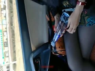 富姐搭訕坐順風車被下迷藥拉到偏僻處車震對白有趣