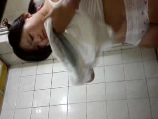 学生的明星梦系列38:微胖露脸无毛妹子裸体洗澡掰小穴