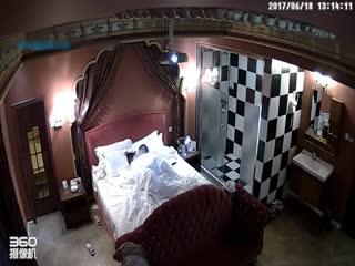 主题酒店投影房偷拍-小美女正在化妆被迫不及待中年男子拉到床上啪啪,看样子好像是没把女的操爽