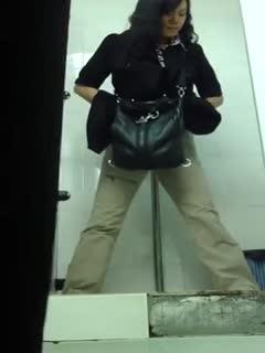 【厕所偷拍】商场厕拍大眼萌妹一脸心事