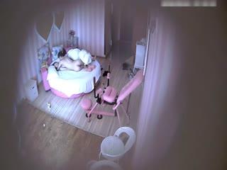 【偷拍】精品特色宾馆偷拍胸大性感的气质美女不愿意在炮椅上被男友操跑到下面后又被抱到床上狠狠干了2次,肤白貌美!