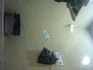 [偷拍]坐盗市最新流出商场全景女厕偷拍其中两个黑丝妹子很有撸点
