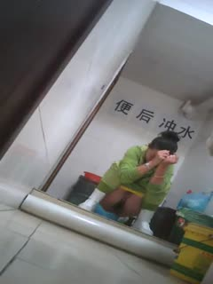 [厕所偷拍]女厕偷拍 抹完还要揉一揉下面