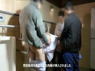 【轮jian】粉鲍黑丝少女锁拷男厕被多男仑操内射 高清