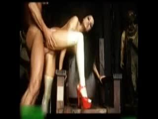 [欧美]身材火辣的美女在地下室里被两个粗大rou棒插满骚逼和屁眼