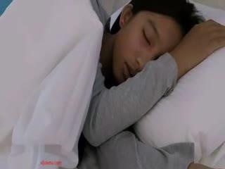 [乱仑]未成年的小妹妹 在家睡觉被爸爸拉起来大鸡巴插入