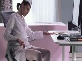[女同]美女姐妹花白衣护士丝袜高跟性奋作品 肉感妹子紧身白衣摩擦高质量冲动,惊呆美女棒子最后竟然射了