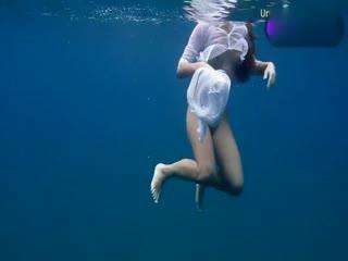 超美小女孩海底穿透视装游泳
