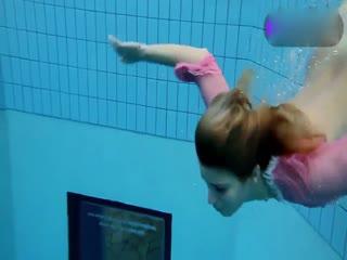 金发纹身美女泳池全裸秀
