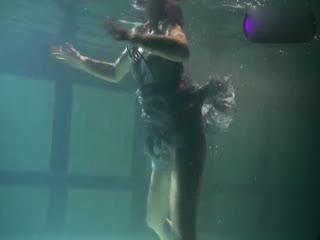 白虎萝莉连衣裙少女泳池大秀