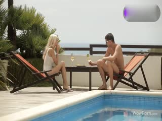 肌肉男在沙滩椅上双飞金发美少妇