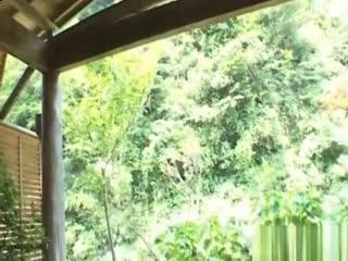 山口泉漂亮的亚洲宝贝和她剃光的小猫咪玩...