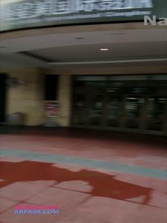 【网曝门事件】藝術 游離繁華都市的靈魂 短髮妹全裸行走於商圈教學樓車站天橋
