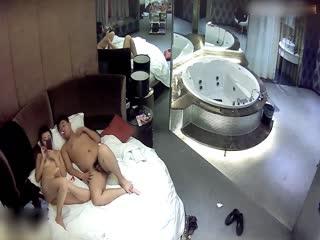 女白领和小胖哥酒店偷情...