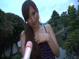 她年轻的亚洲猫 Reira Aisaki 淘气玩...